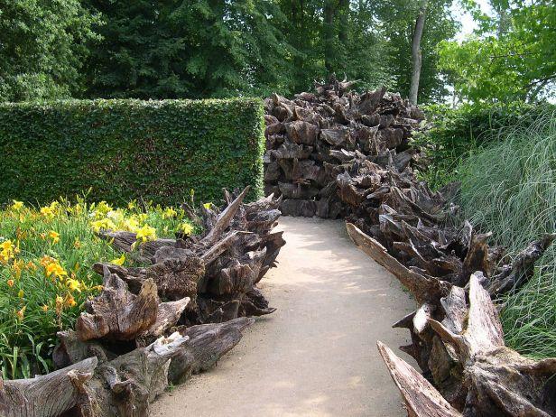 1280px-France_Loir-et-Cher_Festival_jardins_Chaumont-sur-Loire_2005_13_Stumpery_01